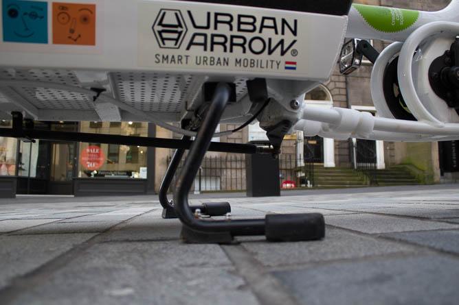 Urban Arrow kickstand